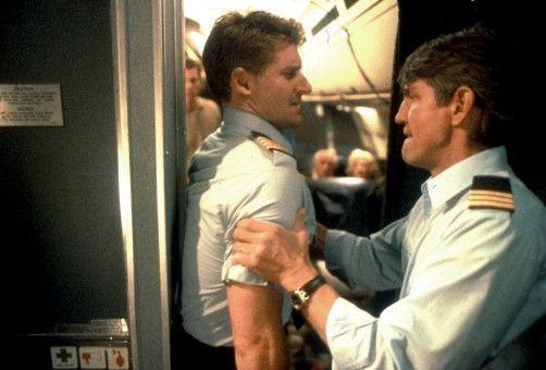 Co-Pilot Mike Hogan (Eric Roberts) und Captain Jack Brooks (Kevin Jubinville) haben von Anfang an heftige Probleme...
