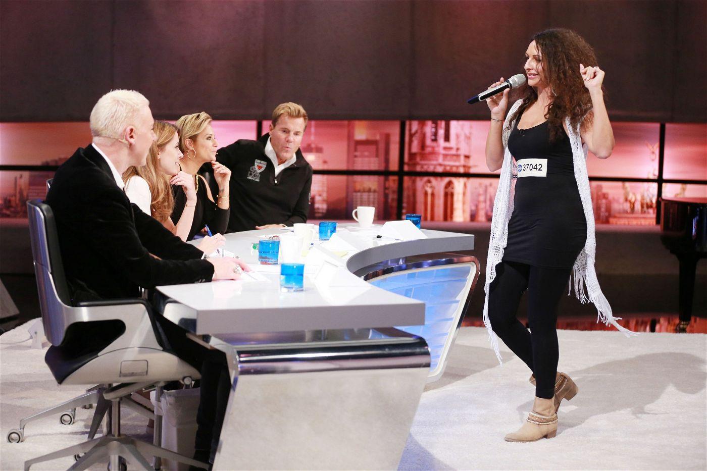 """Die Jury überrascht sie mit deutschem Schlager. Sie singt """"Die Gefühle haben Schweigepflicht"""" von Andrea Berg."""