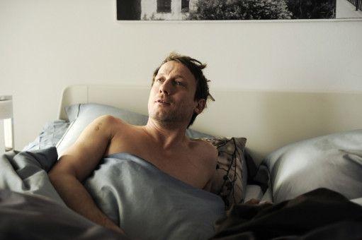 Valentin (Wotan Wilke Möhring) erhält einen alarmierenden Anruf von seinem besten Freund Theo (Fabian Busch).