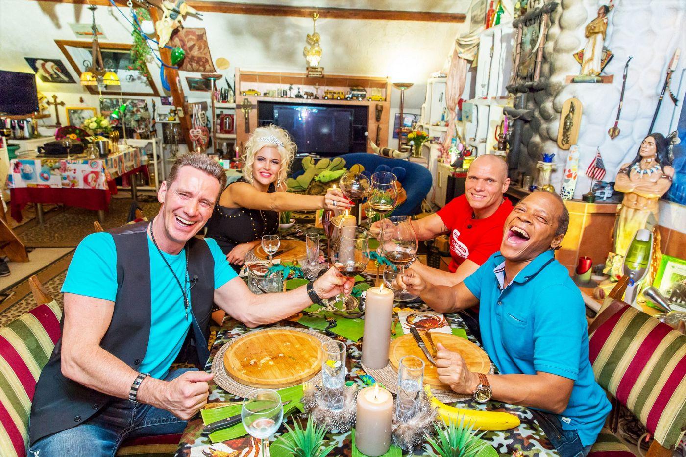 Zum Wohl: Jürgen Milski, Sophia Wollersheim, Thorsten Legat und Ricky Harris beim Dschungel-Spezial vom perfekten Promi-Dinner.