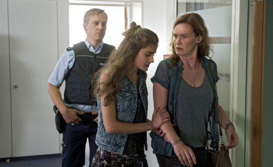 Cornelia Mai (Julika Jenkins, rechts) gerät in Verdacht.