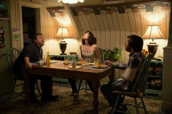 Michelle (Mary Elizabeth Winstead) erwacht in einem Bunker. Ein Mann erklärt ihr, dass sie einen Unfall gehabt habe und es zu einer Katastrophe gekommen sei.