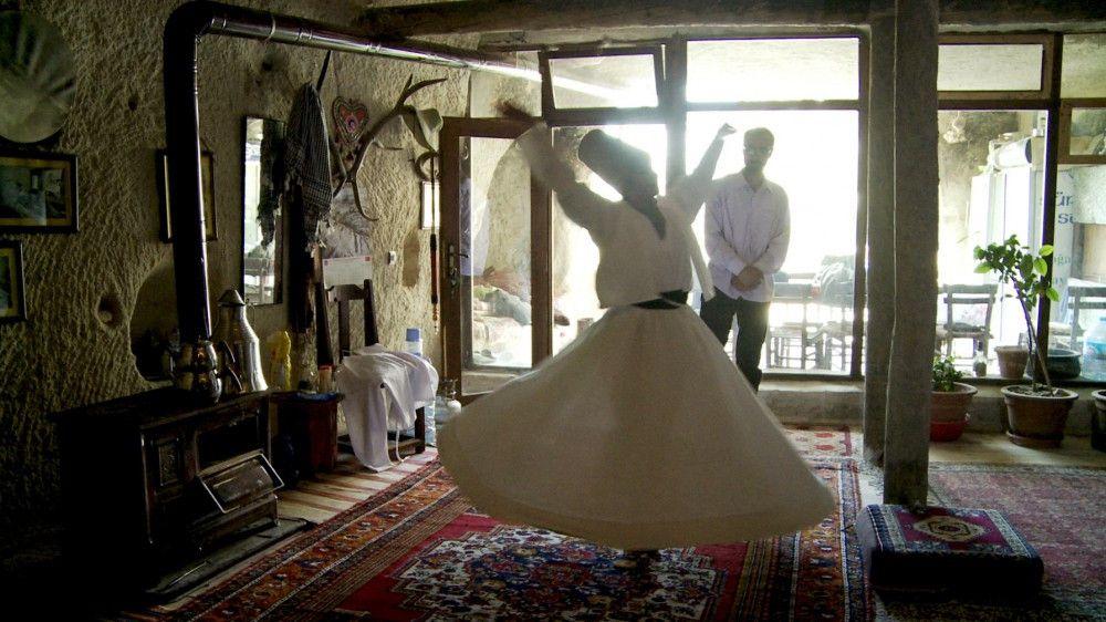 Unterwegs in der Türkei: Protagonistin Clara beim Derwish-Tanz-Unterricht