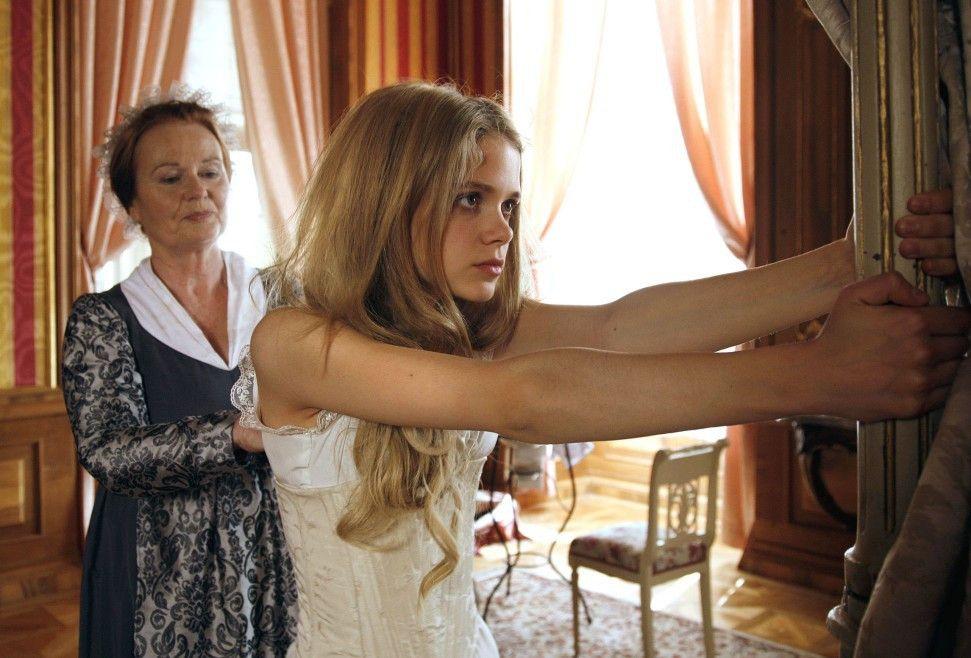 Prinzessin Sophie (Sidonie von Krosigk, r.) will nicht so wie ihr strenger Vater ...