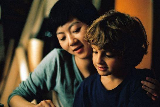 Song (Fang Song) kümmert sich liebevoll um den jungen Simon (Simon Iteanu)