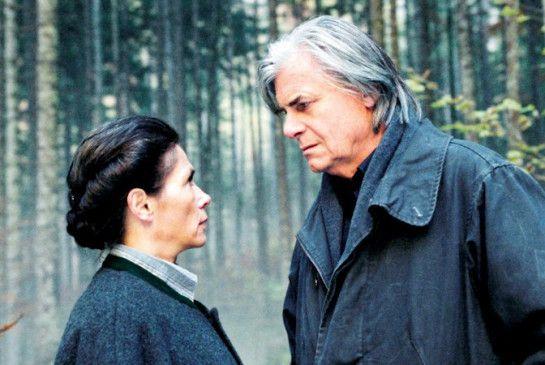 Käfer (Peter Simonischek) unterhält sich mit Frau Gamsjäger (Birgit Doll)
