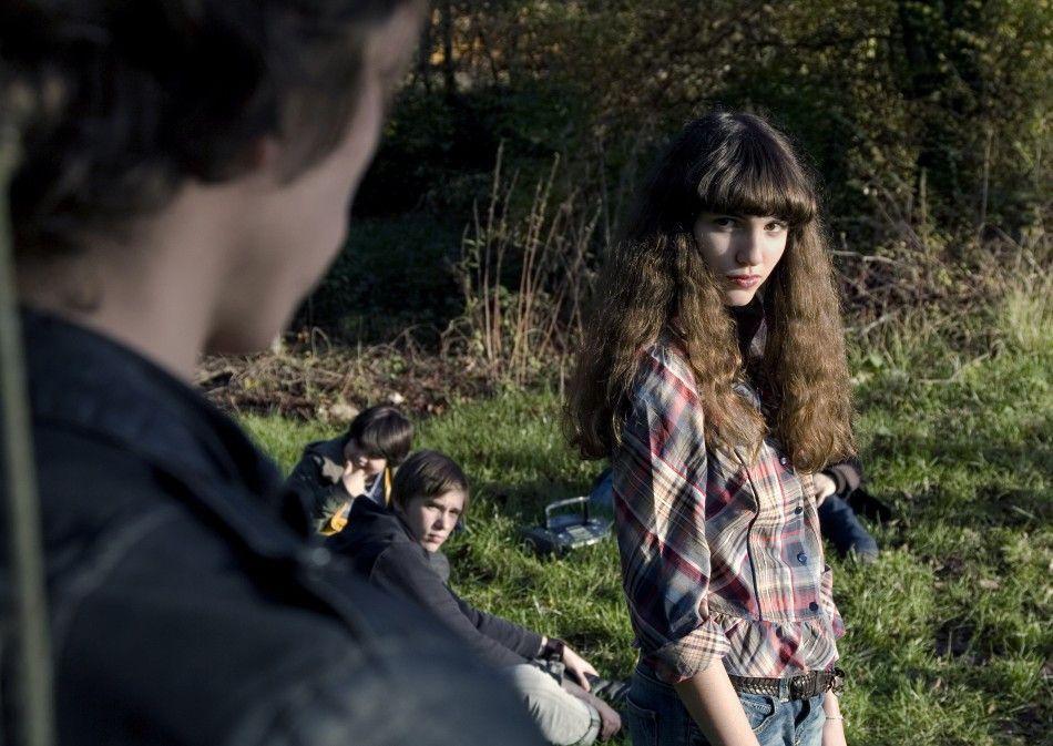 Claire (Alice De Jode) macht ihrem Gegenüber schöne Augen