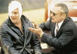 Du filmst einfach wie ich den Boss kalt mache!  Dennis Hopper (r.) und Kiefer Sutherland
