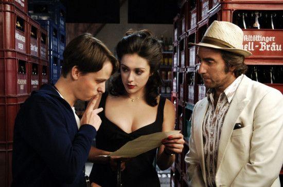 """""""Regisseur"""" Bennie (Tom Schilling, l.) mit Starlett Gina (Valentina Lodovini) und Geldgeber Cesare (Dieter Landuris)"""