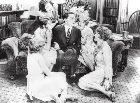 Fotograf Luke Shannon (Buster Keaton) ist Hahn im Korb bei einem halben Dutzend hübscher junger Damen