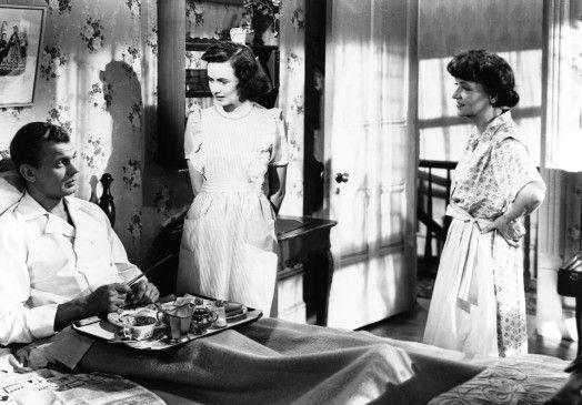 Charlie (Joseph Cotten) macht es sich im Haus seiner Schwester Emma Spencer (Patricia Collinge, r.) bequem