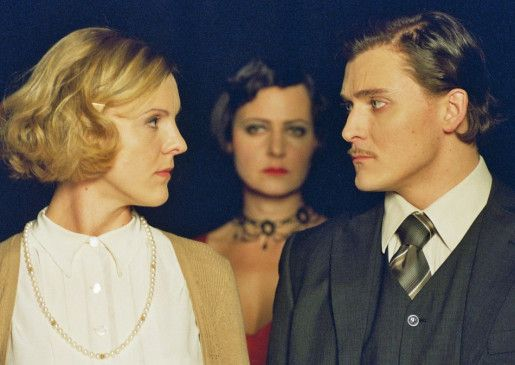 Wir müssen dich verstecken! Karl (Maximilian Berger) beschwört seine Frau Luisa (Kirstin Fischer, l.)