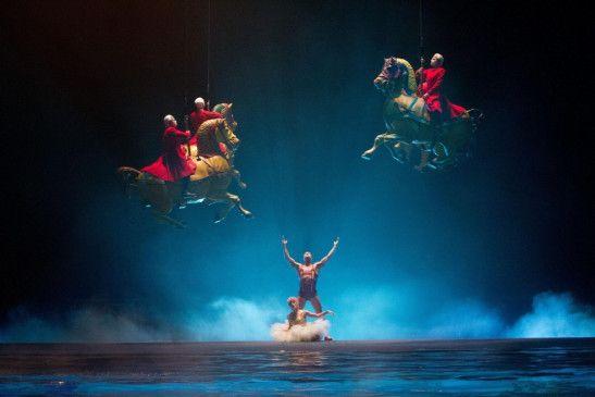 Die Schwerkraft scheint aufgehoben: die Artisten des Cirque du Soleil glänzen in ihren Shows