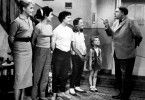 Friedrich (Heinz Erhardt) will seinen Töchtern eine Standpauke halten