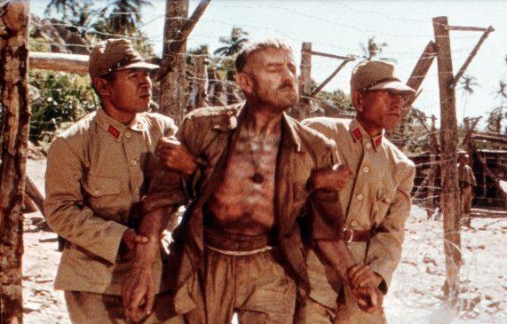Oberst Nicholson (Alec  Guinness, M.) ist von den Strapazen der Gefangenschaft gezeichnet