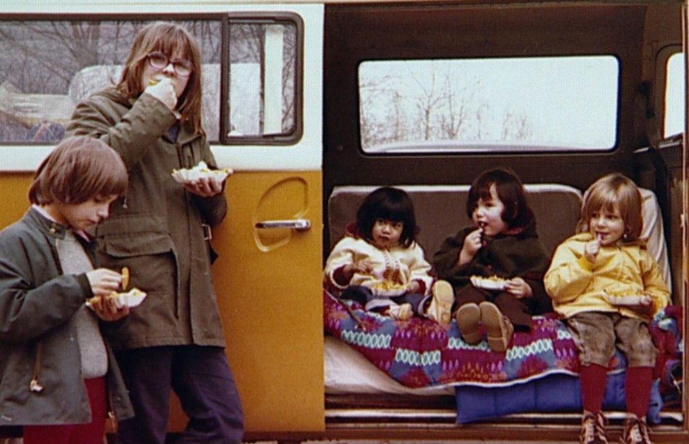 Siebzigerjahre-Idylle: Der kleine Richard David (l.) mit Familie und VW Bully