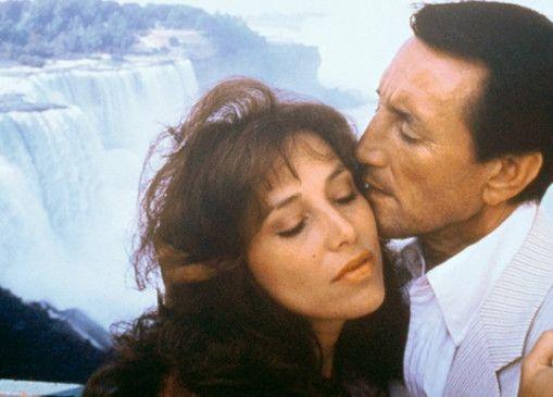 Harry (Roy Scheider) hat Ellie (Janet Margolin) fest im Griff