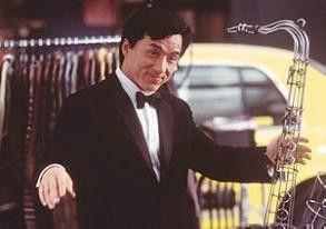 Der Anzug passt wie angegossen! Jackie Chan