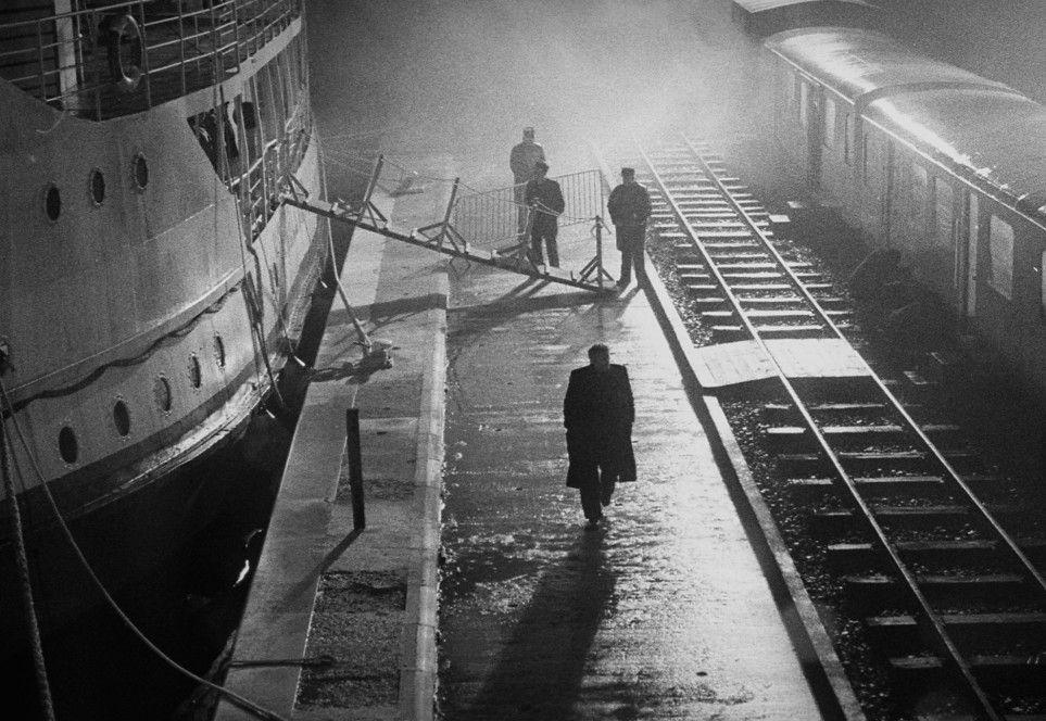 Düsteres geht vor im Hafen bei Nebel