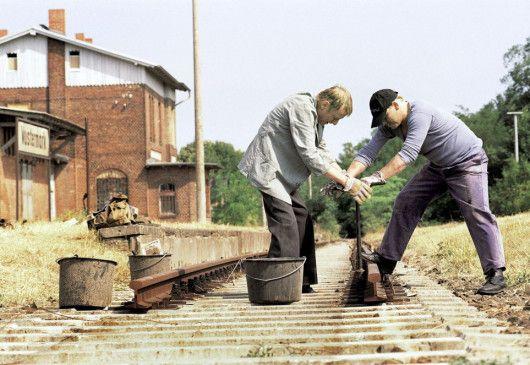 Vom einstigen Job ist nicht viel geblieben. In einer ABM-Massnahme demontieren Lansky (Otto Sander, l.) und Dettmann (Ben Becker) die letzten Gleise in Wustermark