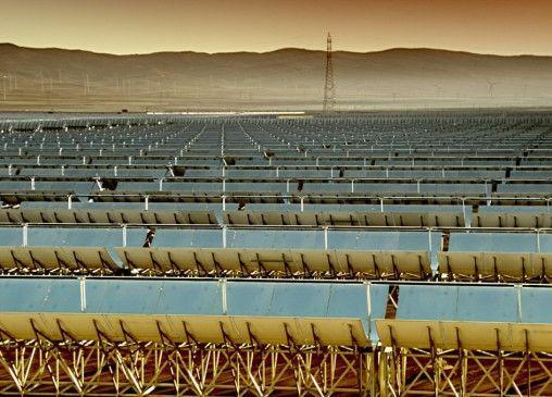 Solarpark in der kargen, bergigen Landschaft Spaniens