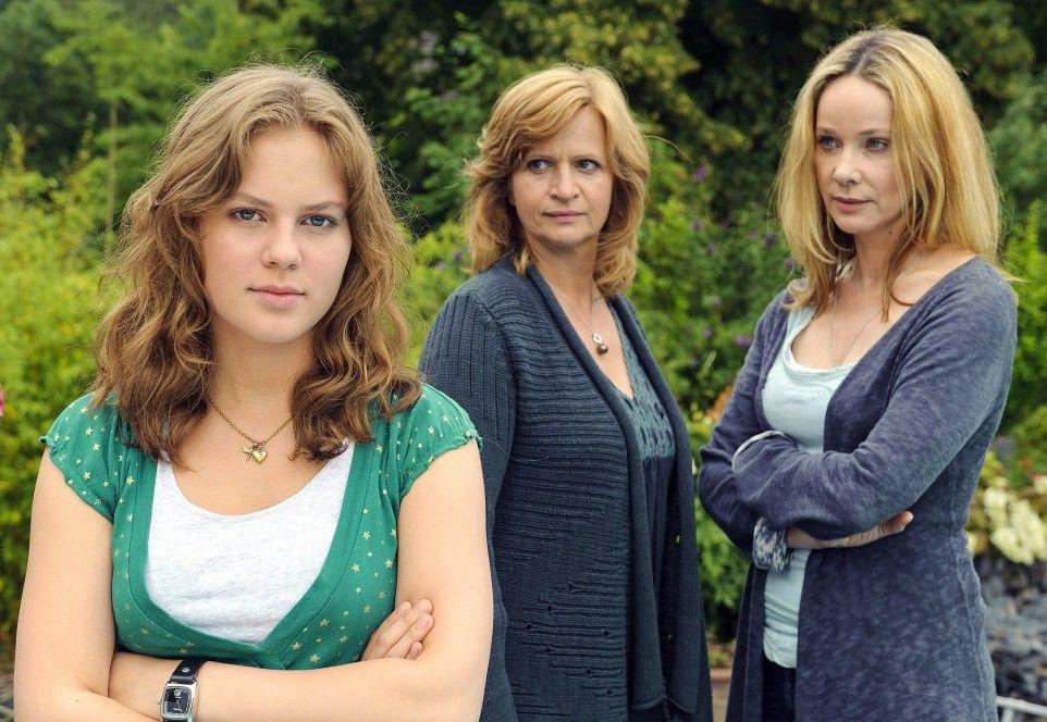 Kathrin Liebner (Johanna Gastdorf, M.) ahnt zunächst nicht, dass Lehrerin Ines (Ann-Kathrin Kramer) die Mutter ihrer Adoptiv-Tochter Clara (Alicia von Rittberg, l.) ist
