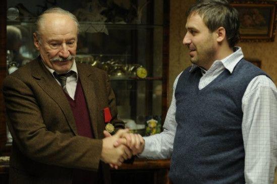 Ion (Victor Rebengiuc, l.) ist stolz auf seine Ehrenmedaille