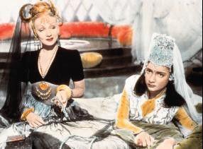 Marlene Dietrich (l., mit Joy Ann Page) als blonde Araberin