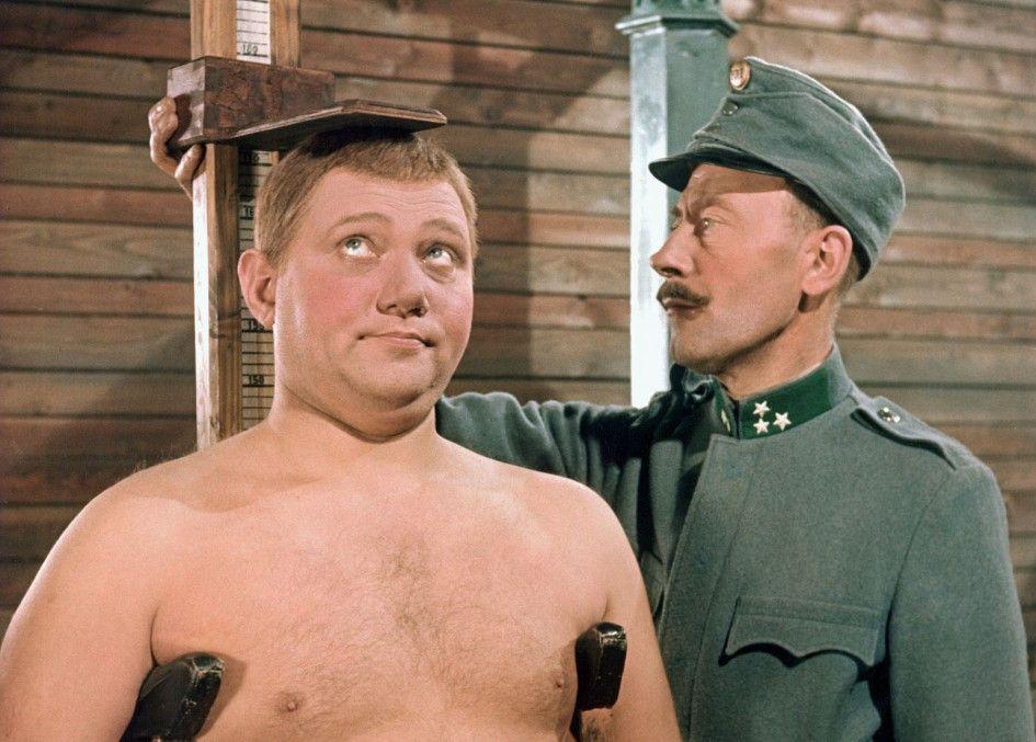 Josef Schwejk (Rudolf Hrusínský, l.) versucht mit Naivität und Bauernschläue den 1. Weltkrieg zu überstehen
