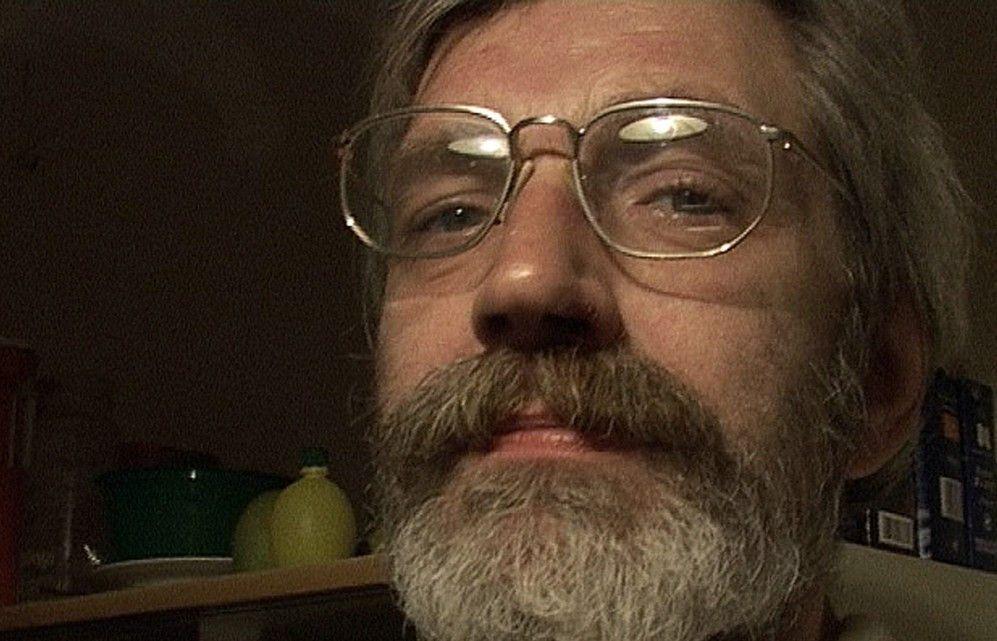 Dieter ist heroinabhängig und lebt in der Küche eines alkoholkranken Schriftstellers