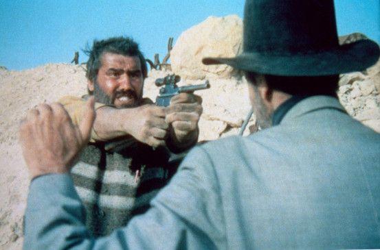 Charles Dump (Mario Adorf, l.) bedroht Sunshine (Anthony Dawson)