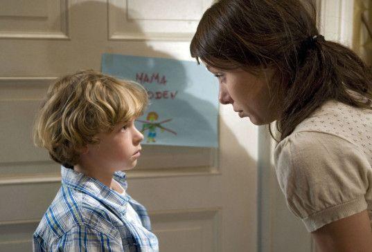 Du darfst niemanden in unsere Wohnung lassen! Sandra (Julia Koschitz) und ihr Sohn Dennis (Junis Noreick)