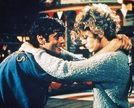 Komm Baby, lass uns noch ein wenig tanzen! Michael  Sarrazin muntert Jane Fonda auf