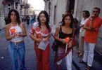 Werden sie ihre Heimat verlassen oder heiraten? Jugendliche in Noto