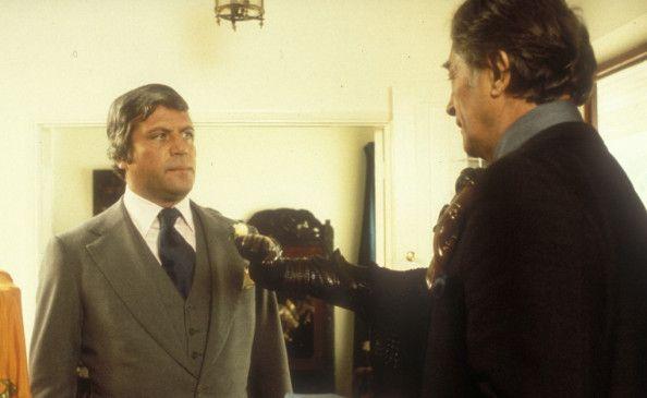 Marlowe (Robert Mitchum, r.) verhört den Nachtklubbesitzer Eddie Mars (Oliver Reed)