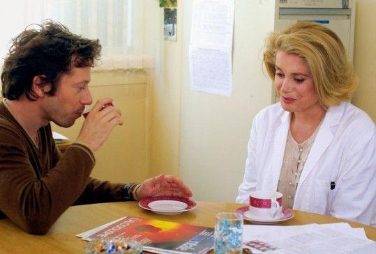 Sie sollen ein Kind adoptieren? Die Psychiaterin (Catherine Deneuve) und ihr Patient (Mathieu Amalric)
