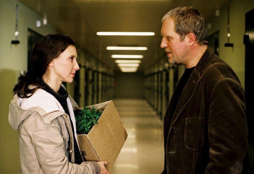 Ich werde mich für Sie einsetzen! Michael Trenk (Harald Krassnitzer) hilft seiner Patientin Cornelia (Maria Köstlinger)