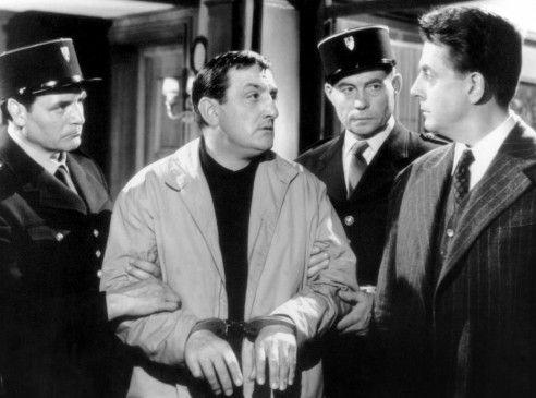 Commissaire Dodelot (Jean Desailly, r.) verhaftet Zeitungsverkäufer Pascal (Lino Ventura, M.)
