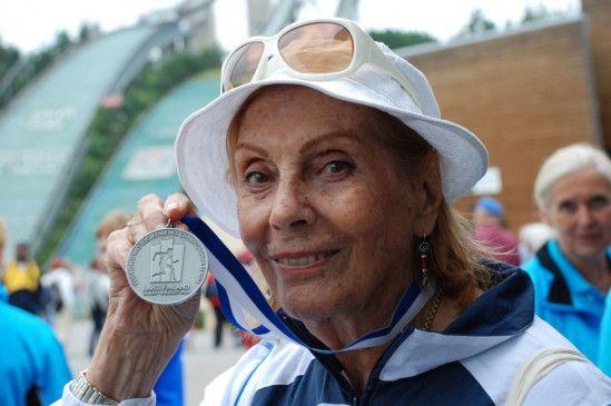Stolz auf ihre Medaille: die 85-jährige Kugelstoßerin Ilse aus Kiel