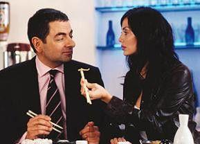 Möchten Sie lieber an was anderem knabbern? Natalie Imbruglia und Rowan Atkinson