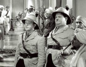 Stehen uns doch toll, die Uniformen, oder? Oliver Hardy und Stan Laurel