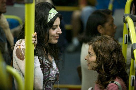 Sängerin Justine (Danni Carlos, l.) und Marina (Silvia Lourenço) leben beide in São Paulo