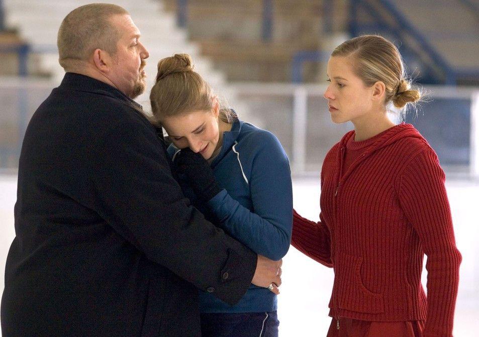 Freddy Schenk (Dietmar Bär) tröstet die zuvor gestürzte Jeanette (Merle Wasmuth)