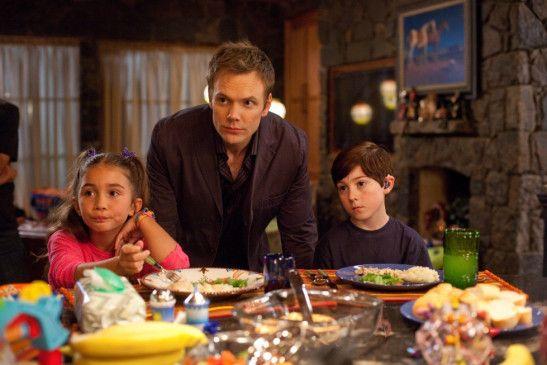 Die Familie allein zu Haus! Joel McHale (M.) mit Rowan Blanchard und Mason Cook