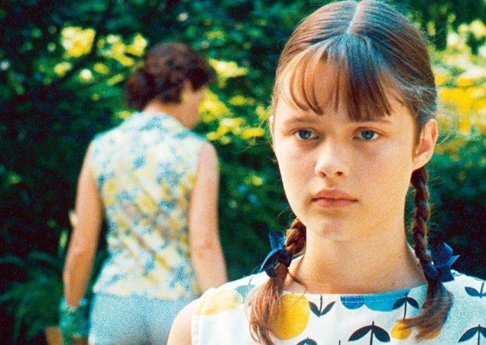 Élise (Marianne Fortier) kommt dahinter, dass ihr Vater ein Verhältnis mit seinem Golfpartner hat