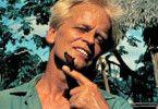 So kennt man ihn kaum: Kinski beim Spiel mit einem  Schmetterling
