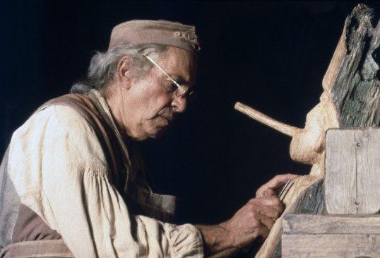 Der Holzschnitzer Geppetto (Martin Landau) wundert sich über die Lange Nase von Pinocchio