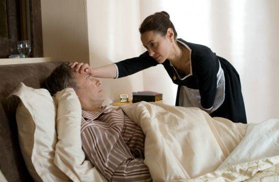 Geht es ihnen wieder besser? Maria (Natalia Verbeke) kümmert sich um den kranken Jean-Louis (Fabrice Luchini)