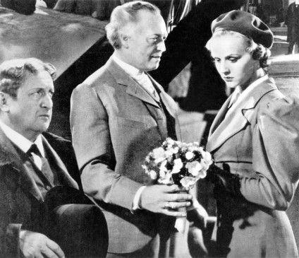 Friedrich Mitterer (Werner Krauss) überreicht Leni (Hortense Raky) einen Blumenstrauß