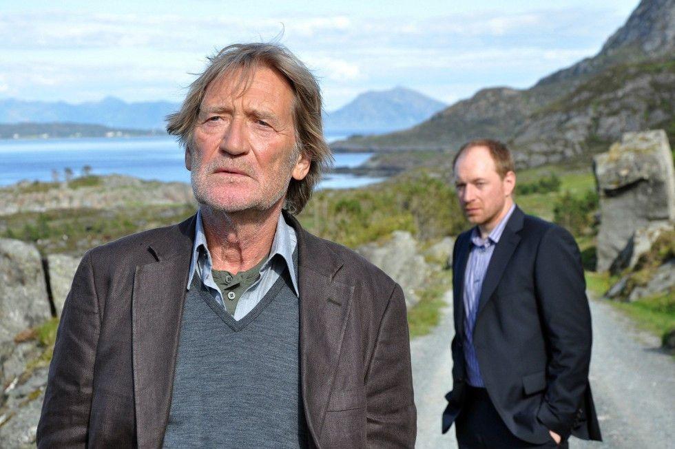 Leif (Rainer Sellien, r.) ringt um die Zuneigung seines hartherzigen Vaters Henrik (Matthias Habich)